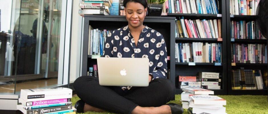nauka-proces-kobieta-laptop